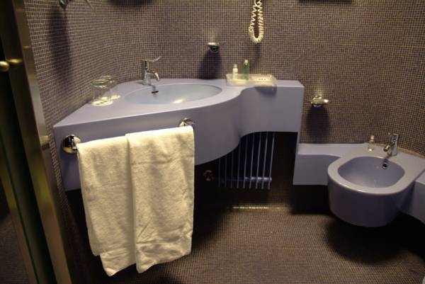 Particolari dei bagni dell�hotel in corian