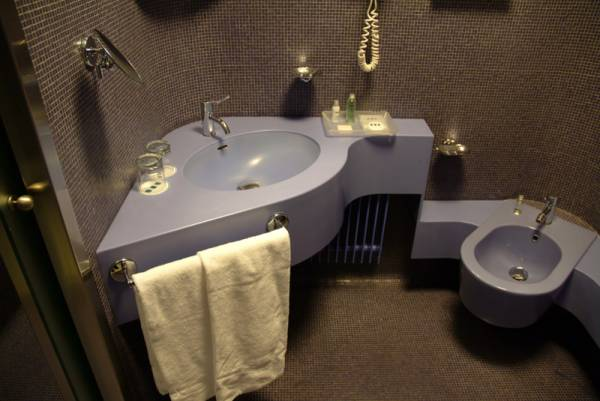 Particolari dei bagni dell´hotel in corian